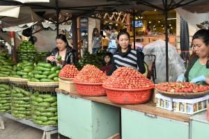 マーケットに並ぶイチゴ
